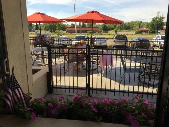 Stillwater, MN: Yes, breakfast on the patio