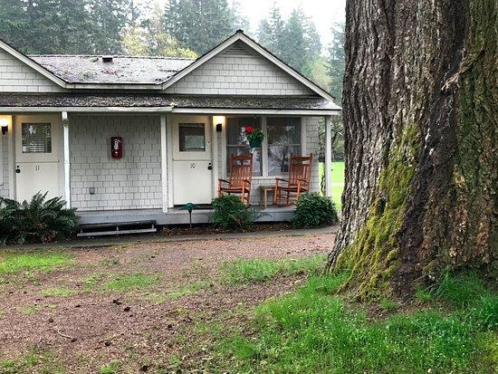 Lake Crescent Lodge: コテージは質素な佇まい。
