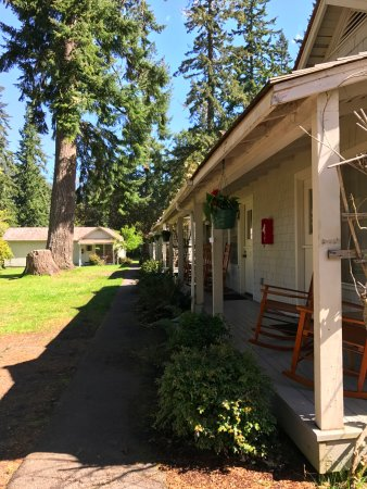 Lake Crescent Lodge: コテージのテラス。