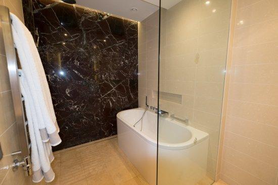 Badewanne mit duschbereich  Badewanne und Duschbereich - Bild von Jumeirah Port Soller Hotel ...