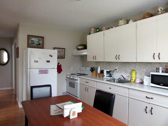 Northern Lights Motel & Chalets - Wawa: Kitchen in 2 Bedroom Cottage