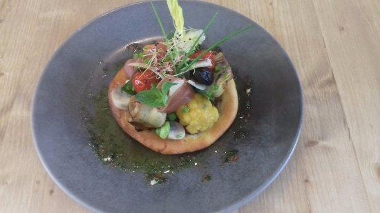 Boulbon, France: Pissaladière de légumes primeurs, anchois, Serrano et parmesan