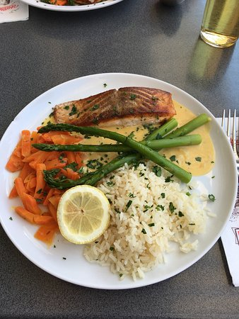 ‪‪Forchheim‬, ألمانيا: Juicy grilled salmon with orange sauce, asparaguses  & carrots and rice‬