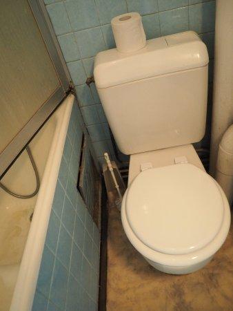 Trappe d'accès sous baignoire ouverte   Picture of Hotel Buffard
