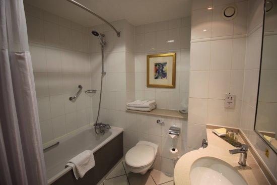 Bellshill, UK: Bathroom, note the curve shower rail