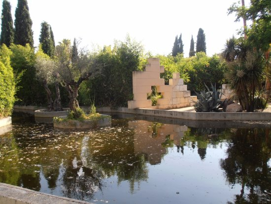 Jard n tres culturas picture of parque juan carlos i for Jardin 66