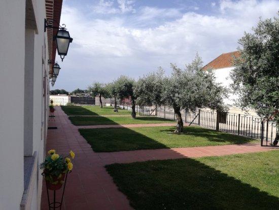 Almeirim, Πορτογαλία: Pátio na frente dos quartos, à entrada.