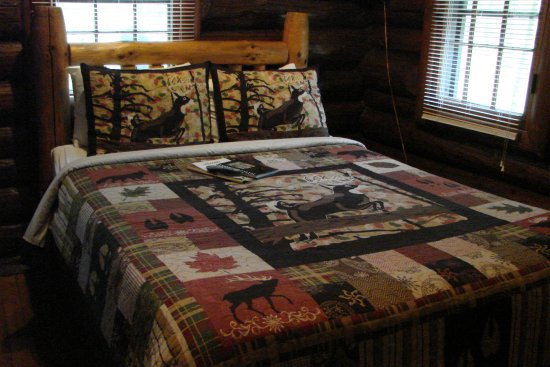 White Pines Inn: Inside our cabin