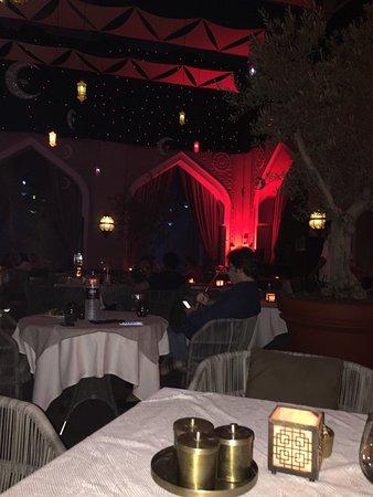 The Courtyard: الكورتيارد منزل داون تاون دبي اجواء رمضانية رائعة خدمة الخمسة نجوم افطار راقي مع تقديم الشيشة خد