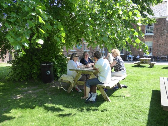 Lytham St Anne, UK: tea room garden
