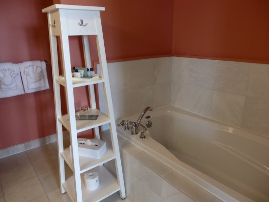 Vineyard Haven, MA: Soaking Tub Room 401