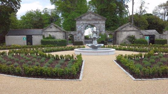 Celbridge, Irlandia: gardens to way out