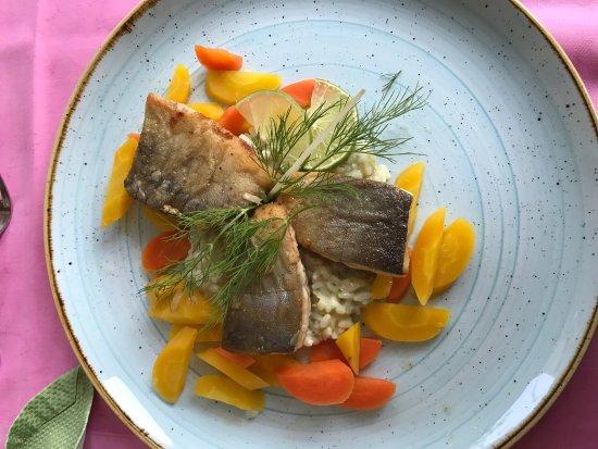 Faistenau, Österrike: Alpenlachs Filet mit Parmesanrisotto und glasierten Karotten
