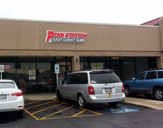 Morton Grove, Илинойс: front of & entrance to Penn Station