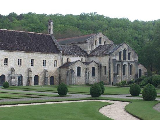 Montbard, Frankreich: Die Kirche vom Garten aus