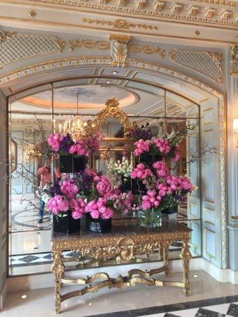 Four Seasons Hotel des Bergues Geneva: Die Halle ist ein Traum