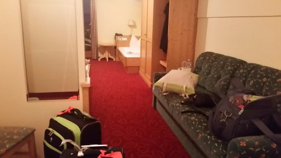 Kolsassberg, Österreich: Full length mirror on L & chair by door for your things as well as pull out sofa & 2 single beds