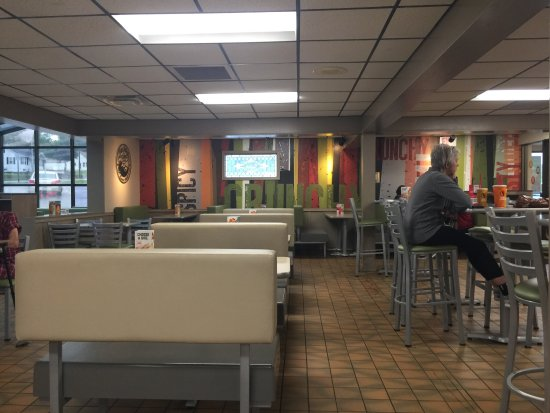 Marshalltown, IA: Very nice and clean indoor seating area.