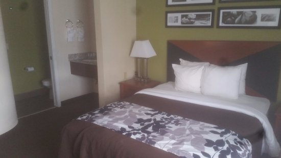 Sleep Inn Airport Kansas City: Room from the corner to illustrate the Queen only bedroom