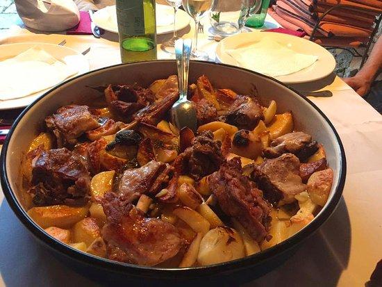 Gruda, Kroatia: Lamsvlees en aardappeltjes