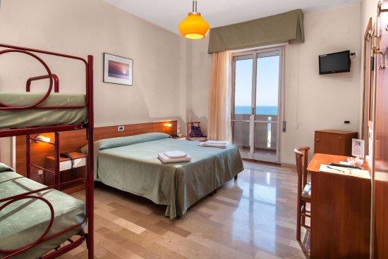 Panoramica della camera classic quadrupla con letto a castello picture of hotel continental - Camera letto a castello ...