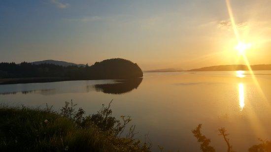 Dromahair, Ireland: coucher de soleil sur le lac en face de la maison