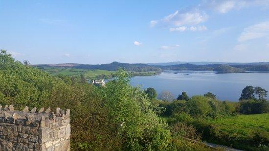 Dromahair, Ireland: vue sur le chateau et le lac