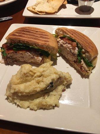 Cosmo's Restaurant & Bar : Turkey panini