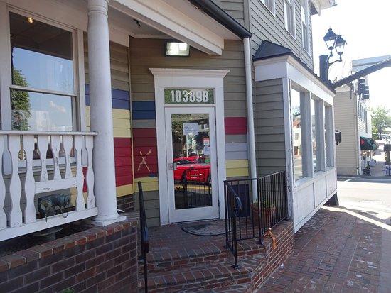 Fairfax, فيرجينيا: exterior view of front entrance