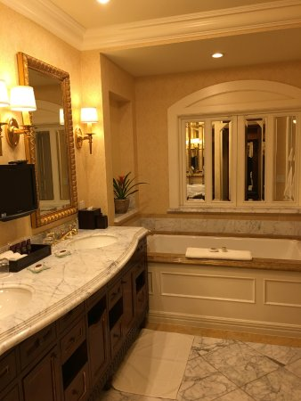 Fairmont Grand Del Mar: Spacious bathroom