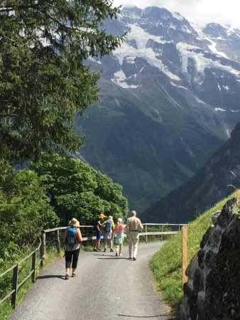 Hotel Mittaghorn: Hiking down to the hotel after meeting between Murren and Gimmelwald.