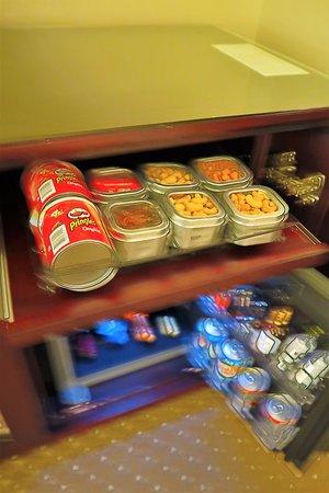 Warwick New York: Snacks and mini-bar