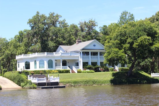 Plantation River Tours: One of the plantation houses along the trip.