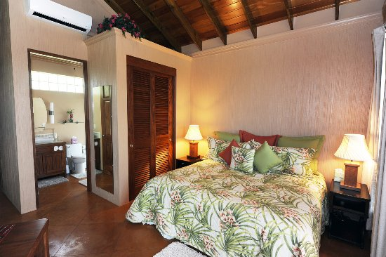 Santa Elena, Belize: This king size bed is conveniently located close to the full bathroom.