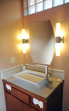 Santa Elena, Belice: Plenty of light to shave or put on make-up.  You'll love this spa bathroom!