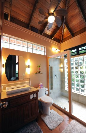 Santa Elena, Belice: Lots of lights, a high ceiling and a fan makes for a beautiful bathroom.
