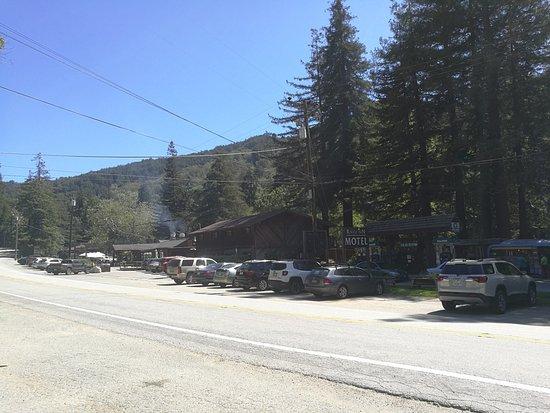 Big Sur River Inn Restaurant: Sett från vägen