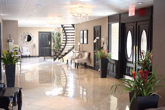 Yonkers, NY: Our beautiful, newly renovated lobby is warm and inviting.