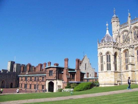 พระราชวังวินด์เซอร์: St. Georges Chapel with half-timbered buildings beyond.