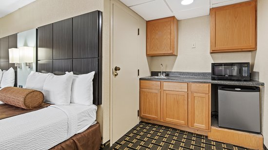 Cairo, GA: Our extra spacious suite includes a kitchenette when you don't feel like going out!