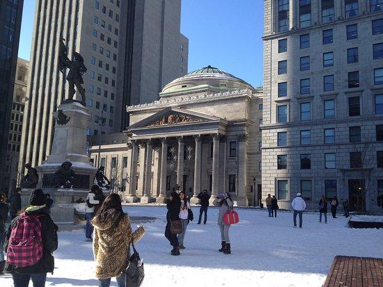 Montreal, Canadá: praça em frente a basílica