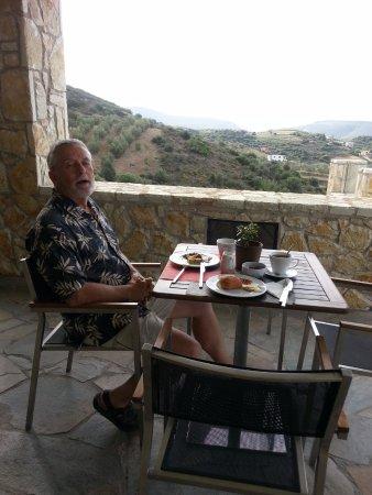 Hotel Perivoli: great views at breakfast by the pool