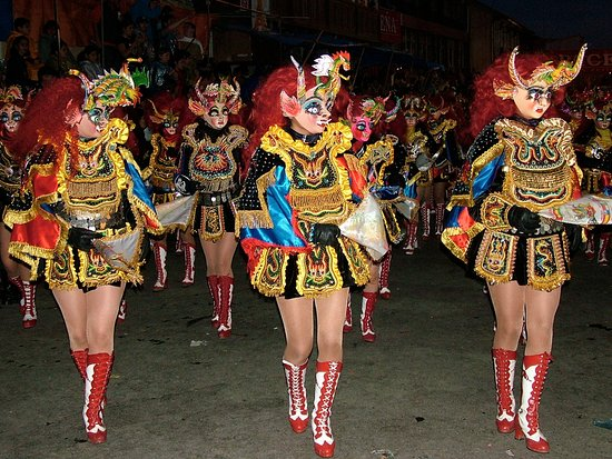 Martinez, Californien: Carnival in BOLIVIA: Masked Diablesa dancers performing at night, along the 3 km dance route.