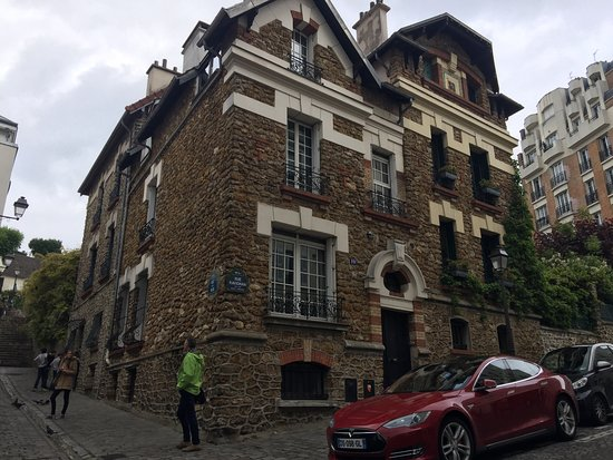 Montmartre: 細い路地にレンガ造の建物群