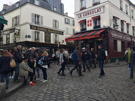 Montmartre: 日が長いので遅い時間でも人が多い