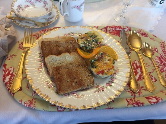 Vespers by the Sea Bed and Breakfast: Homemade muffin pan omelettes and toast at Vespers By The Sea - a great breakfast!