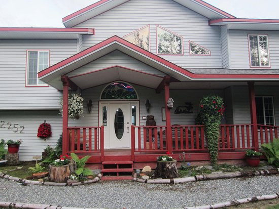 Alaska's Harvest B&B: Front of house
