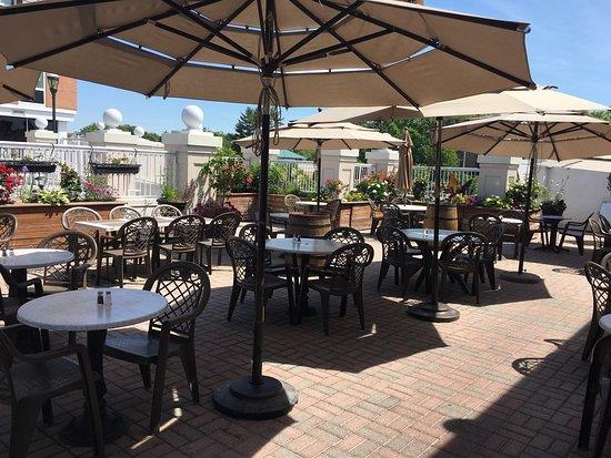 Бетесда, Мэриленд: Enjoying a spring lunch on the patio