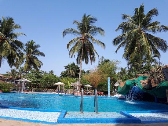 Paradise Village Beach Resort: Бассейн разделен на две части: глубокая и неглубоокая