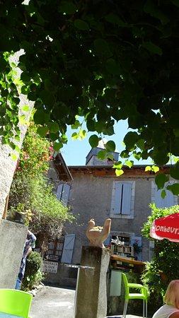 Saint-Bertrand-de-Comminges, France: Vue de l'entrée depuis la terrasse ombragée